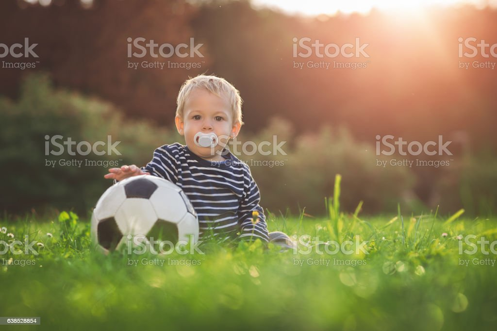 Toddler and the ball - foto de stock