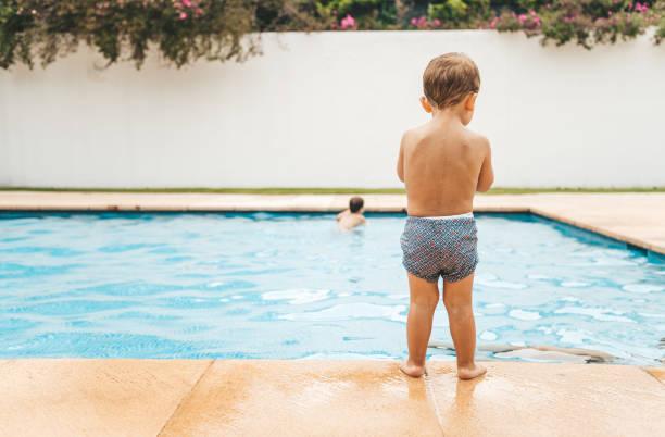 kleinkind am pool - pool schritte stock-fotos und bilder