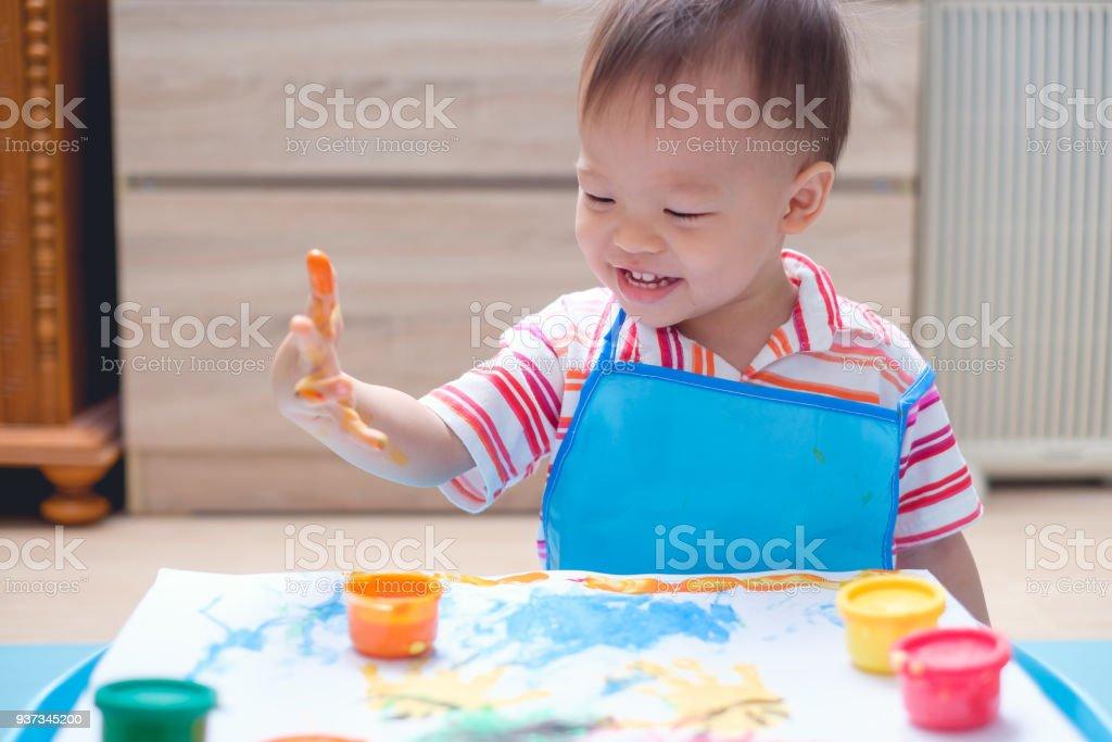 Peuter baby jongen kind finger schilderij met handen en aquarellen