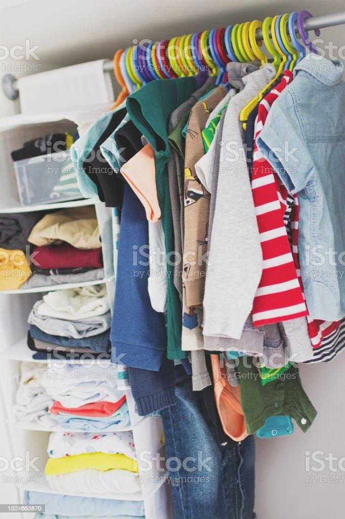 Kleinkind Jungen Kleiderschrank Kinderbekleidung Auf Bunten