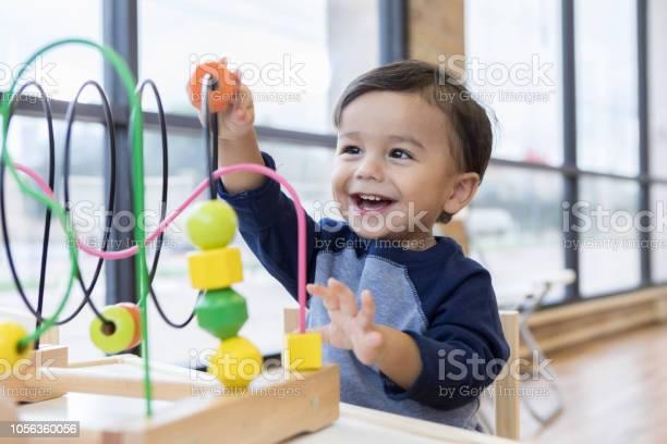 Photo libre de droit de Garçon Enfant Aime Jouer Avec Des Jouets Dans La Salle Dattente banque d'images et plus d'images libres de droit de Assis