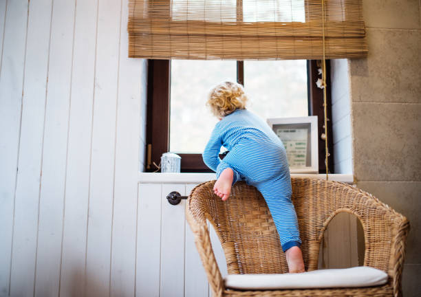 peuter jongen in een gevaarlijke situatie thuis. - alarm, home, stockfoto's en -beelden