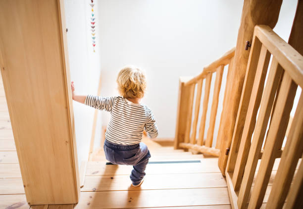 peuter jongen in gevaarlijke situatie thuis. kind veiligheidsconcept. - alarm, home, stockfoto's en -beelden
