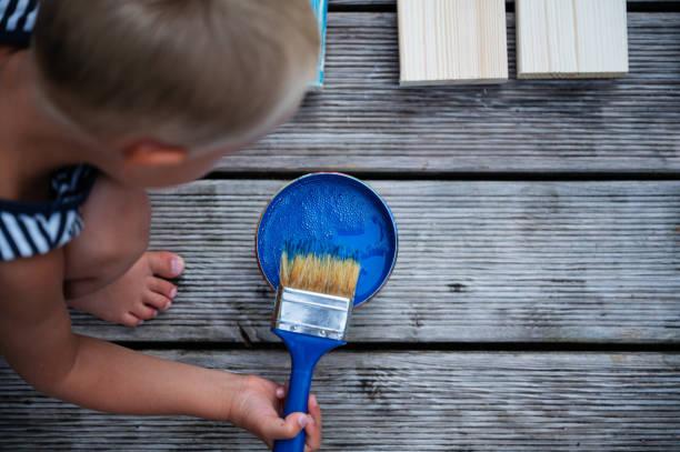 Kleinkind junge Malerei Holzbohlen – Foto