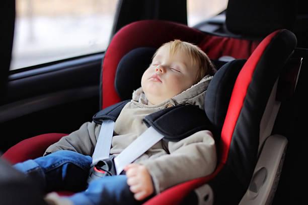 garçon enfant dormant dans un siège de voiture - child car sleep photos et images de collection