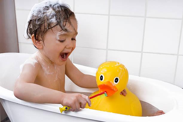 Kleinkinder Zähne theeth in der Badewanne – Foto