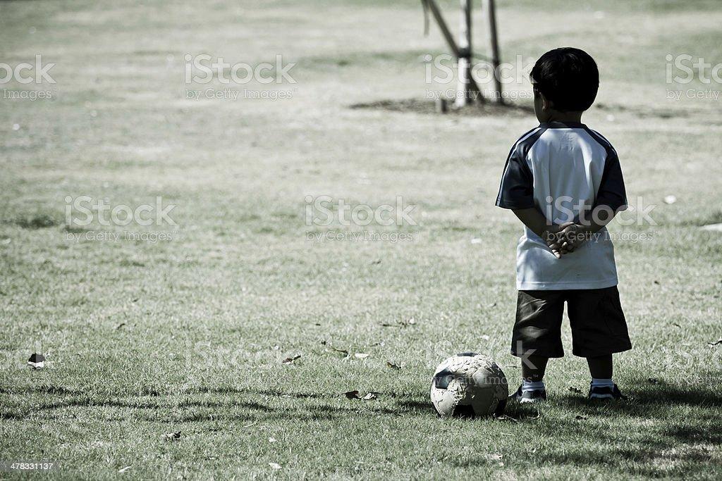Niño pequeño niño y pelota de fútbol de pie con los brazos cruzados - foto de stock