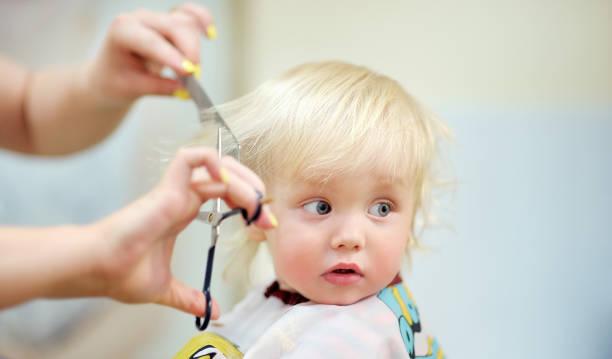 Niño niño consigue su primer corte de pelo - foto de stock