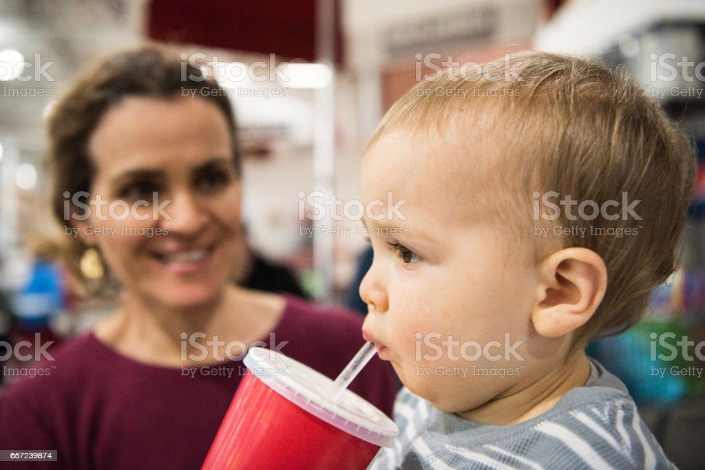 Kleinkind eine Cola zu trinken – Foto