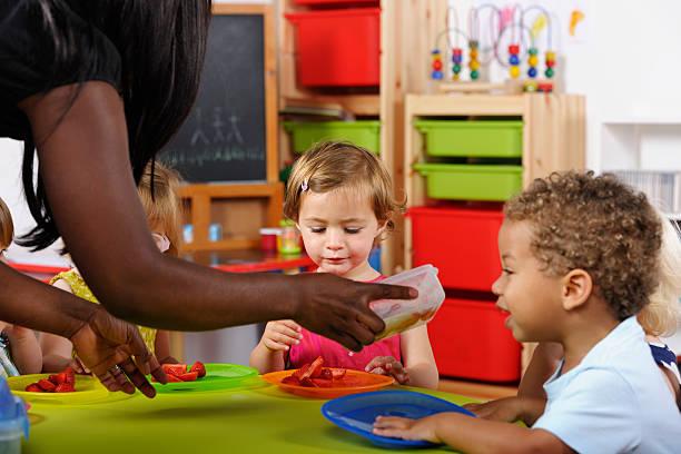 Kleinkinder begeistert bekommen mehr Speisen im Kinderzimmer – Foto
