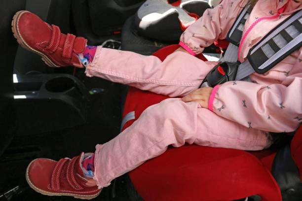 Kleinkind im Auto befestigt – Foto