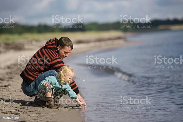 Kleinkind Mädchen Mit Vater Auf Den Strand Stockfoto und mehr Bilder von Dänemark