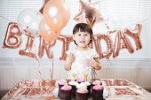 自宅で彼女の3番目の誕生日を祝う幼児の女の子