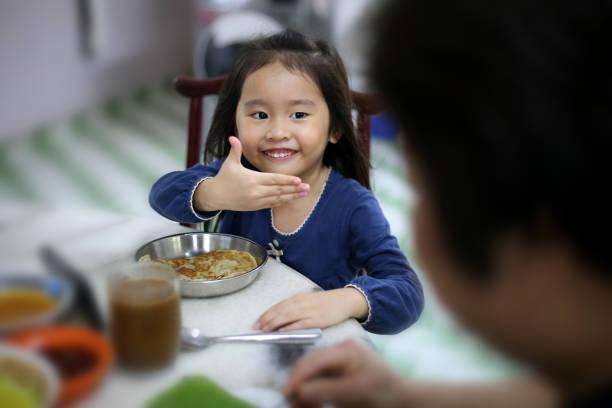 toddler girl dagligt liv - bordsskick bildbanksfoton och bilder