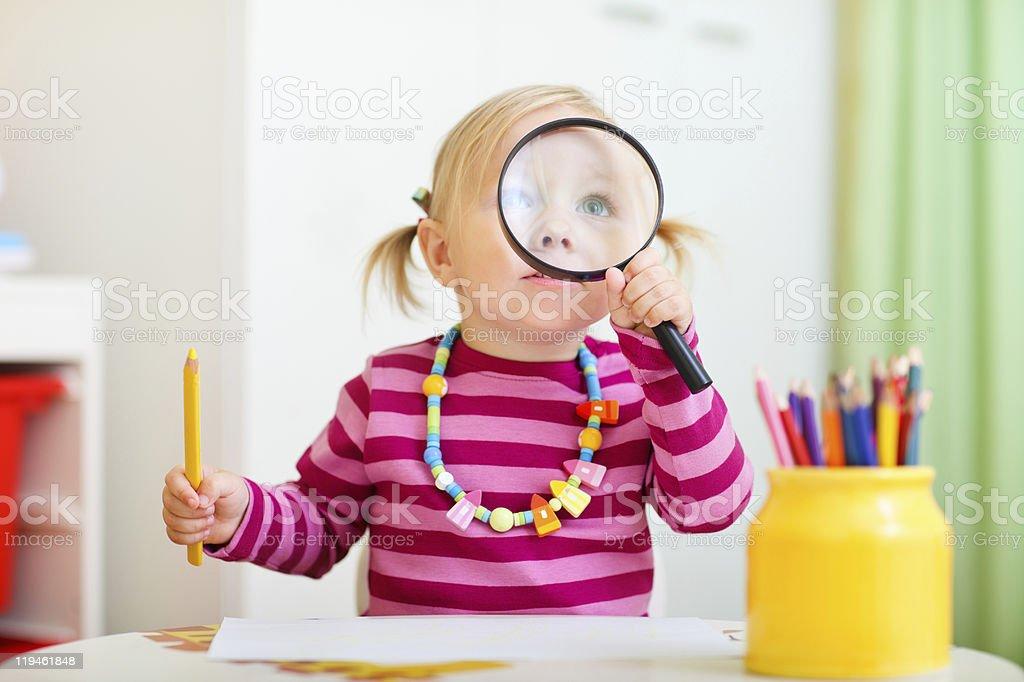 Kleinkind Mädchen Blick durch die Lupe – Foto