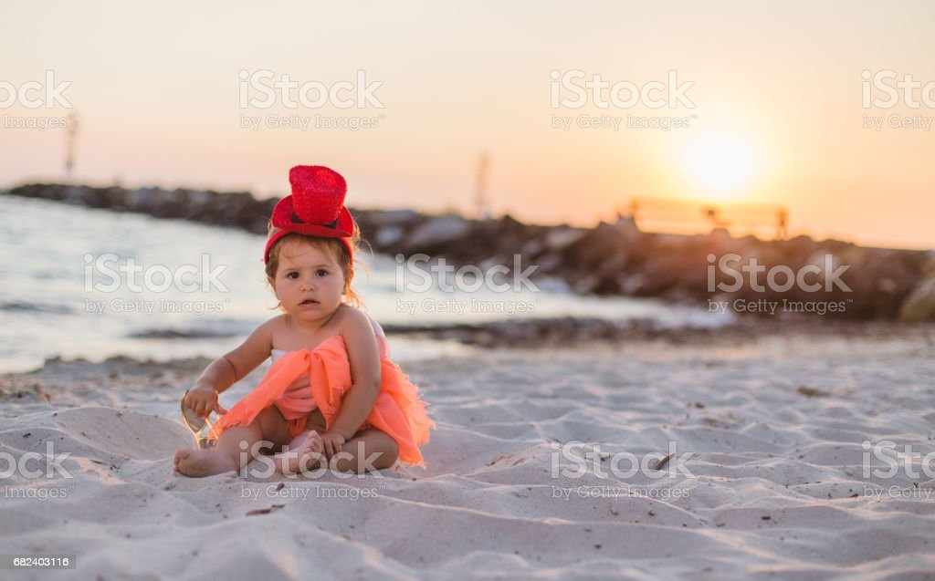 Fille enfant en bas âge, choix de l'emplacement sur la plage photo libre de droits