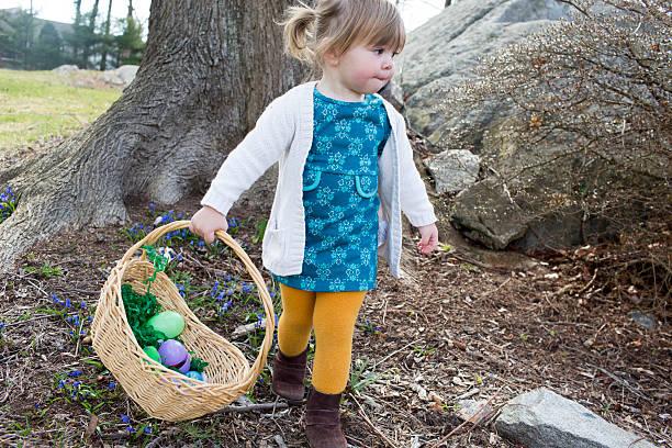 kleinkinder suche nach ostereier am ostersonntag. - vorschuldekorationen stock-fotos und bilder