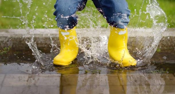 Niño saltando en la piscina de agua en el verano o el día de otoño - foto de stock
