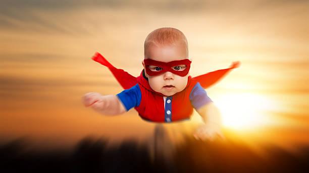 para criança pequena bebé super-homem super-herói com cabo vermelho voador - baby super hero imagens e fotografias de stock