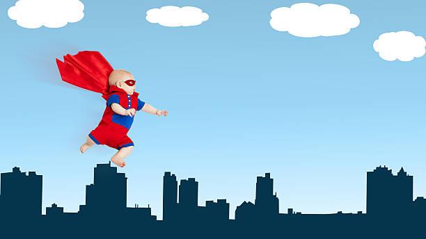 para criança pequena bebé super-homem super-herói com cabo thro voadora vermelha - baby super hero imagens e fotografias de stock