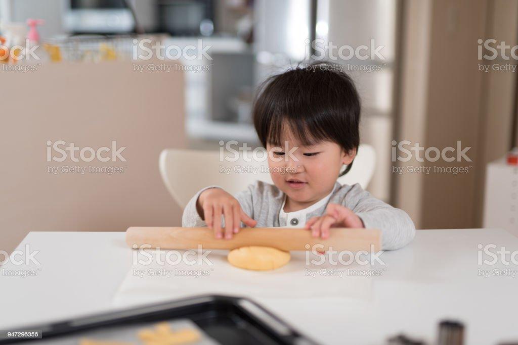 幼児のキッチンでクッキーを作る ストックフォト