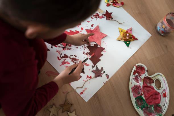 kleinkind malerei holzdekorationen rot - weihnachtsbilder zum ausmalen stock-fotos und bilder