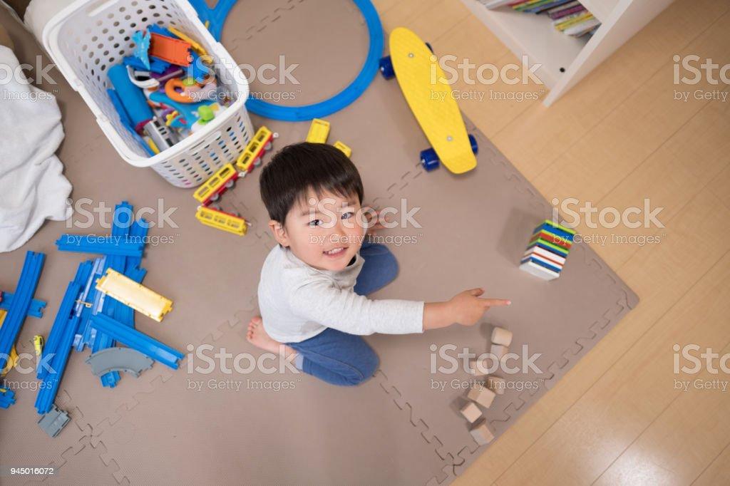 幼児のおもちゃの部屋で遊んで ストックフォト