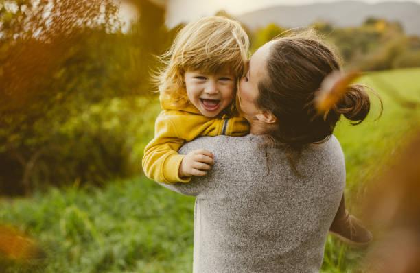 kleinkind spielt mit mutter - 2 3 jahre stock-fotos und bilder