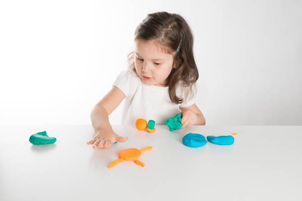 kleinkind spielt mit play clay - knete spiele stock-fotos und bilder