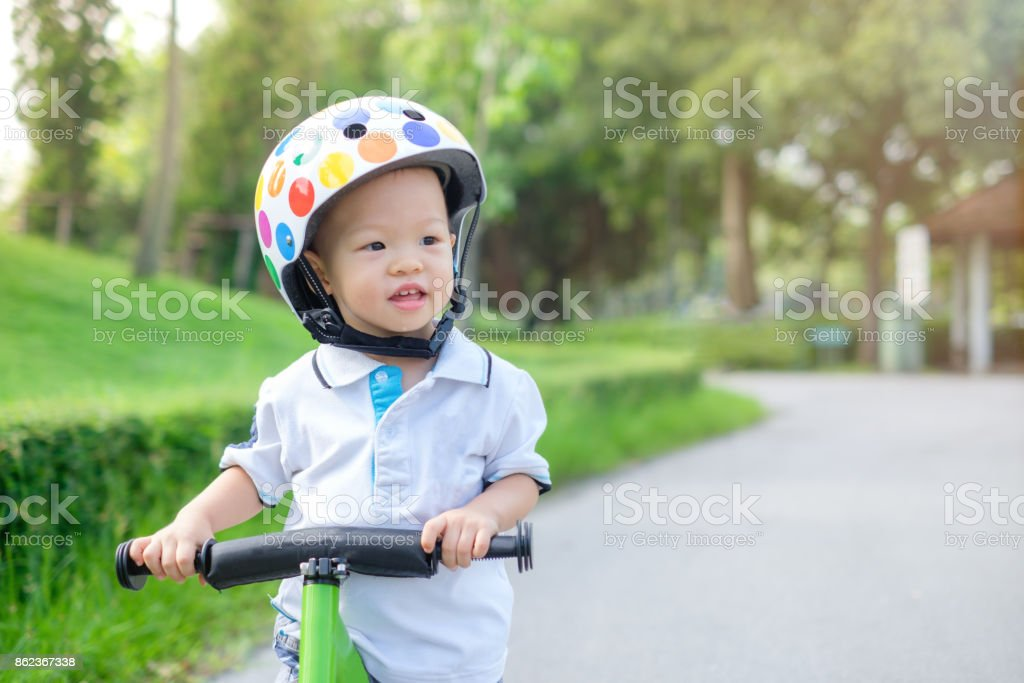Toddler ridding balance bike стоковое фото