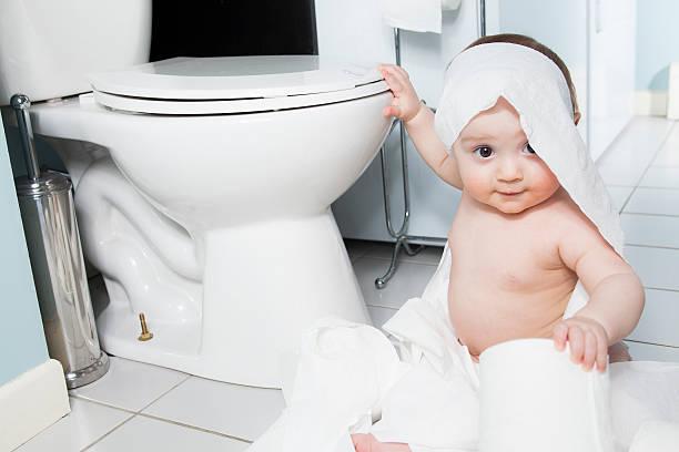 kleinkinder rissen bis toilettenpapier im badezimmer - anti unordnung stock-fotos und bilder