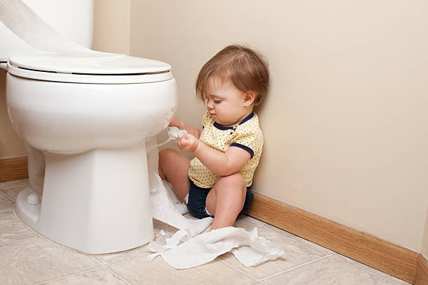 kleinkinder rissen bis toilettenpapier - anti unordnung stock-fotos und bilder