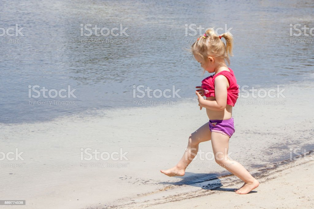 Kleinkind läuft ins Meer stock photo
