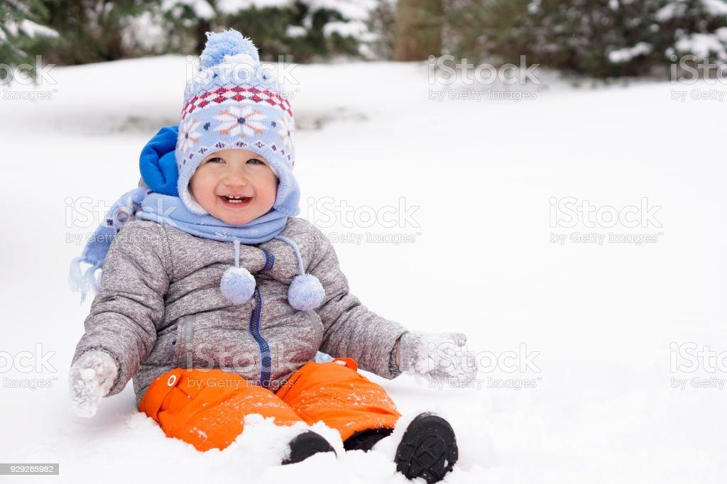 Kleinkind sitzen im Schnee und Spaß – Foto