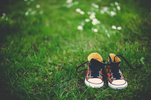 Kleinkind Sneaker in der Wiese – Foto