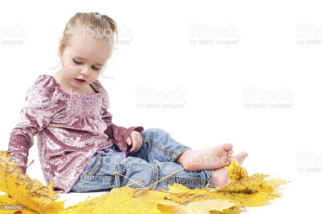 Kleinkind mit Ahorn Blätter Lizenzfreies stock-foto