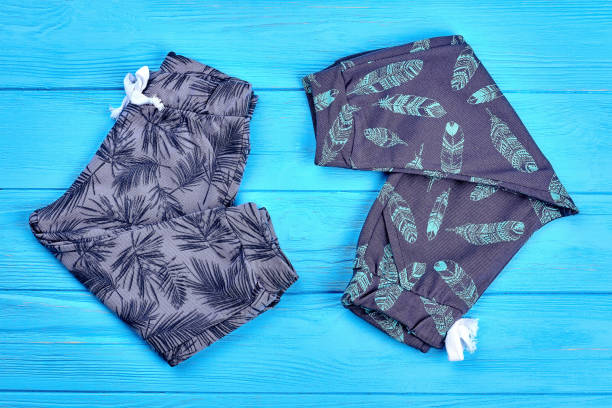 kleinkinder neue trendige baumwolle outfit. - bedruckte leggings stock-fotos und bilder
