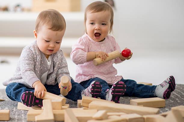 kleinkinder spielen mit blöcke aus holz - lautbildungsspiele stock-fotos und bilder