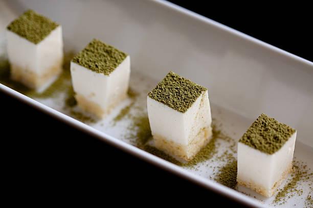 tofu-käsekuchen mit matcha powder - grüntee kuchen stock-fotos und bilder