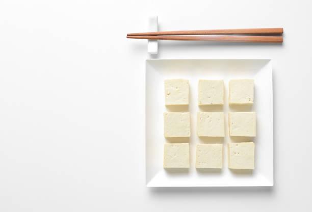 Tofu en dés et servi dans une assiette carrée, table concept définissant - Photo