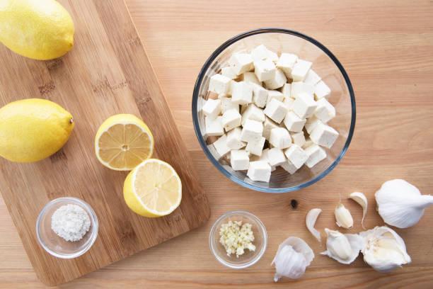 tofu-zitronen und knoblauch - mariniertes tofu stock-fotos und bilder