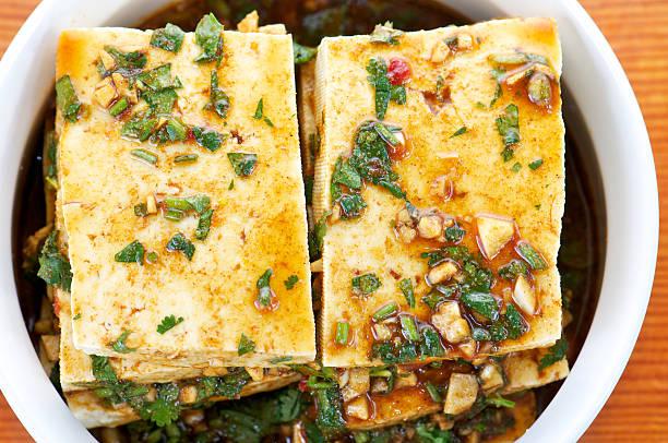 tofu mariniert in weiß schüssel von oben - mariniertes tofu stock-fotos und bilder