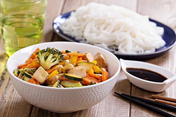 stir fry mit gemüse und tofu - mariniertes tofu stock-fotos und bilder