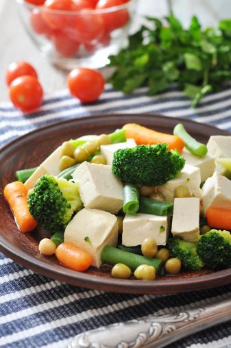 Tofu Con Verduras Hervido Foto de stock y más banco de imágenes de A cuadros