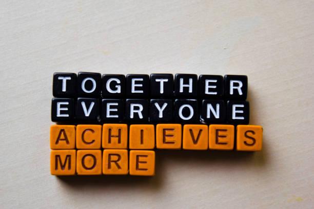 gemeinsam erreicht jeder mehr (team) auf holzblöcken. geschäfts-und inspirationskonzept - sprüche ehrlichkeit stock-fotos und bilder