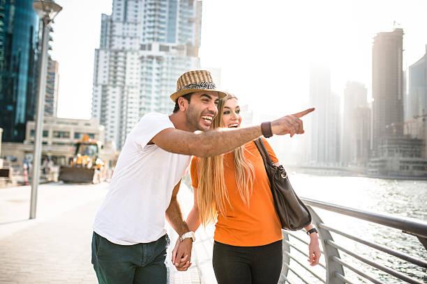 zusammenhalt paar im urlaub auf den yachthafen von dubai – vae - dubai urlaub stock-fotos und bilder