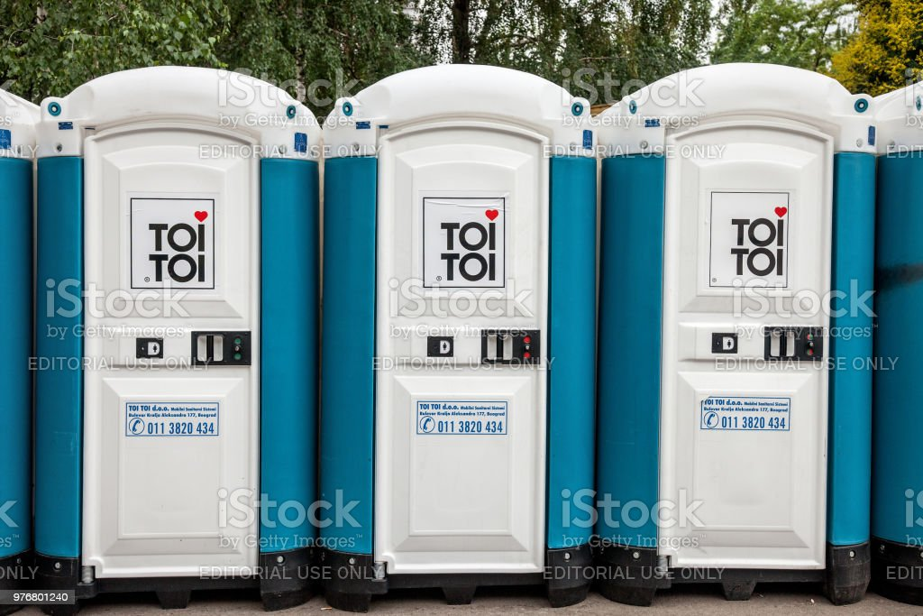Toi Toi Mobile Toiletten mit ihrem legendären Logo. Toi Toi ist eines der wichtigen Marke von tragbaren Abwasserentsorgung in der Welt – Foto