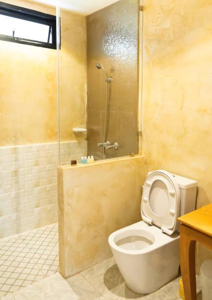 toilette im modernen badezimmer, innen komfortables badezimmer - bad renovieren kosten stock-fotos und bilder