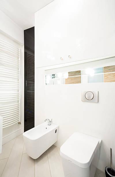 toilette interieur im hotel - badmöbel gäste wc stock-fotos und bilder