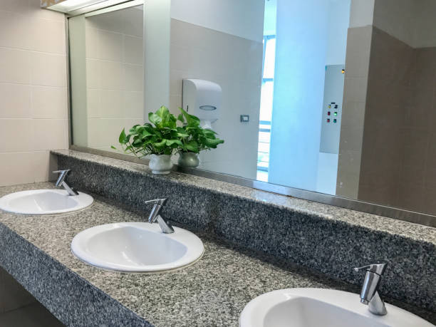 화이트 싱크대와 수도 꼭지 화장실 인테리어 스톡 사진